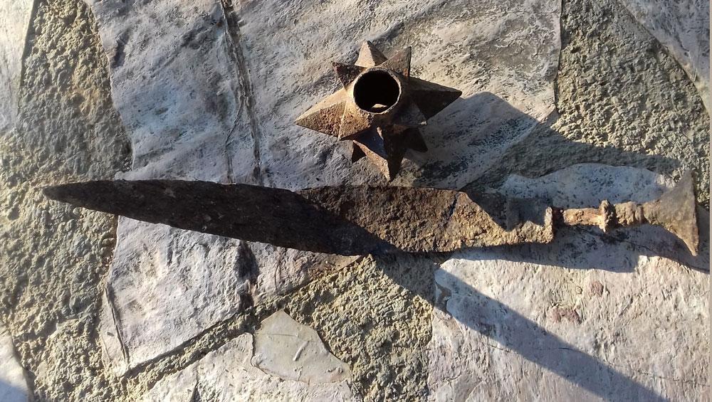 Το αρχαίο ξίφος και ο κεφαλοθραύστης φωτογραφήθηκαν στη κοντινή πηγή όπου ξεδιψάσαμε πριν παραδοθούν στην αρχαιολογία.